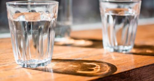 6 Manfaat Minum Air Hangat untuk Anda