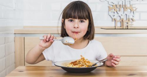 5 Cara Mengatasi Kebiasaan Buruk Anak yang Suka Mengemut Makanan