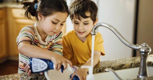Cara Seru Mengajarkan Anak Cara Mencuci Piring