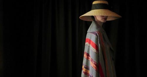 Edward Hutabarat: Elegansi dan Simplisitas Busana Bermaterial Ulos