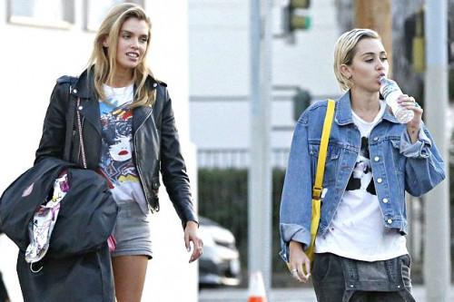 Jarang Terlihat Bersama, Miley Cyrus dan Stella Maxwell Dikabarkan Putus!