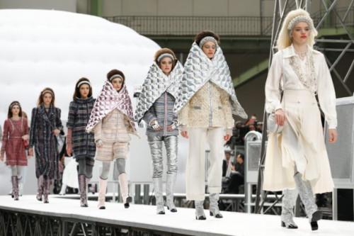 Karl Lagerfeld Mengantarkan Koleksi Chanel Fall/Winter 2017 Ke Luar Angkasa