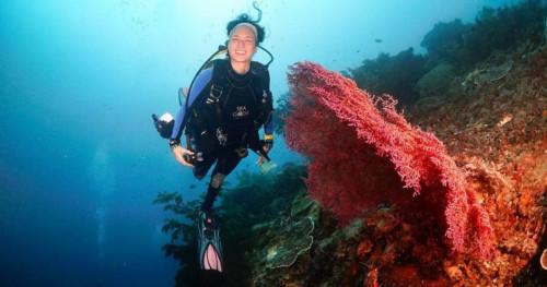 Nadine Chandrawinata Bawa Obor Asian Games 2018 di Dalam Laut