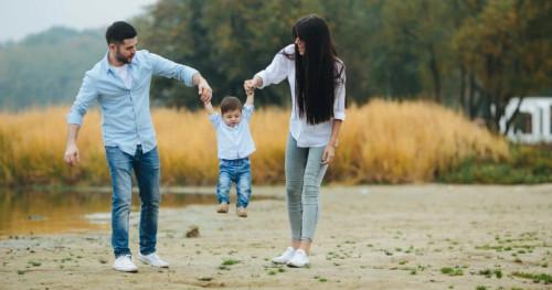 Orangtua Harus Tahu, Ternyata Ini Alasan Si Kecil Minta Gendong Terus