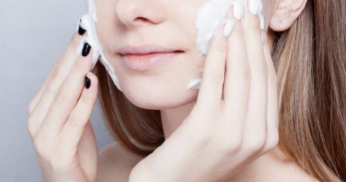 Sapu Bersih Sisa Makeup Dengan 4 Jenis Produk Ini
