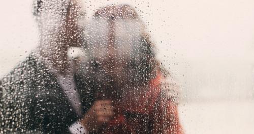 Tingkatkan Romansa Suami Istri Saat Musim Hujan Dengan Trik Ini