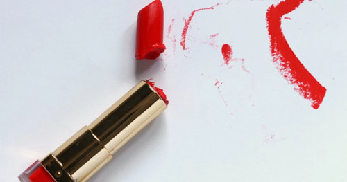 Lipstik Baru Anda Patah? Simak Tips Mudah Memperbaikinya di sini!