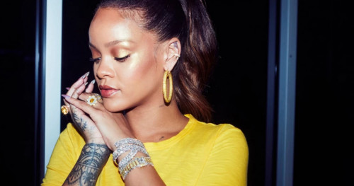 Trik Riasan Wajah Glowy a la Rihanna